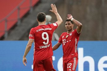 04 July 2020, Berlin: Football: DFB Cup, Final: Bayer Leverkusen - FC Bayern Munich in the Olympic Stadium. Bavaria\'s Serge Gnabry (r) celebrates his goal with Robert Lewandowski. Photo: Michael Sohn\/AP Pool\/dpa - IMPORTANT NOTE: In accordance with the regulations of the DFL Deutsche Fußball Liga and the DFB Deutscher Fußball-Bund, it is prohibited to exploit or have exploited in the stadium and\/or from the game taken photographs in the form of sequence images and\/or video-like photo series