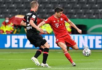 04 July 2020, Berlin: Football: DFB Cup, Final: Bayer Leverkusen - FC Bayern Munich, in the Olympic Stadium. Munich\'s Robert Lewandowski (r) and Leverkusen\'s Sven Bender fight for the ball. Photo: John Macdougall\/AFP\/POOL\/dpa - IMPORTANT NOTE: In accordance with the regulations of the DFL Deutsche Fußball Liga and the DFB Deutscher Fußball-Bund, it is prohibited to exploit or have exploited in the stadium and\/or from the game taken photographs in the form of sequence images and\/or video-like photo series