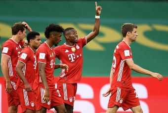 04 July 2020, Berlin: Football: DFB Cup, Final: Bayer Leverkusen - FC Bayern Munich, in the Olympic Stadium. Munich\'s Serge Gnabry (2nd from left) celebrates the second goal with team mates. Photo: Annegret Hilse\/Reuters\/POOL\/dpa - IMPORTANT NOTE: In accordance with the regulations of the DFL Deutsche Fußball Liga and the DFB Deutscher Fußball-Bund, it is prohibited to exploit or have exploited in the stadium and\/or from the game taken photographs in the form of sequence images and\/or video-like photo series