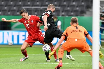 04 July 2020, Berlin: Football: DFB Cup, Final: Bayer Leverkusen - FC Bayern Munich, in the Olympic Stadium. Munich\'s Robert Lewandowski (l) and Leverkusen\'s Sven Bender fight for the ball. Photo: John Macdougall\/AFP\/POOL\/dpa - IMPORTANT NOTE: In accordance with the regulations of the DFL Deutsche Fußball Liga and the DFB Deutscher Fußball-Bund, it is prohibited to exploit or have exploited in the stadium and\/or from the game taken photographs in the form of sequence images and\/or video-like photo series