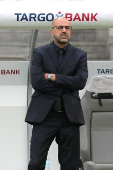 04 July 2020, Berlin: Football: DFB Cup, Final: Bayer Leverkusen - FC Bayern Munich in the Olympic Stadium. Leverkusen coach Peter Bosz. Photo: Michael Sohn\/AP Pool\/dpa - IMPORTANT NOTE: In accordance with the regulations of the DFL Deutsche Fußball Liga and the DFB Deutscher Fußball-Bund, it is prohibited to exploit or have exploited in the stadium and\/or from the game taken photographs in the form of sequence images and\/or video-like photo series