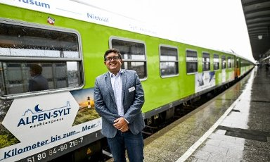 04 July 2020, Schleswig-Holstein, Westerland\/Sylt: Markus Hunkel, Managing Director RDC Germany, is standing on the platform in front of the new Alpen-Sylt-Night-Express shortly before the train is due to depart. Along the route, the night express will stop in Niebüll, Husum, Hamburg, Frankfurt, Nuremberg and Munich, among other places. Photo: Axel Heimken