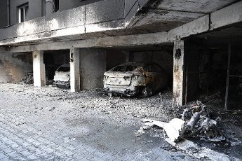 13 July 2020, Berlin: Burnt-out vehicles are parked in a garage in the Neukölln district. Six cars had burned down during the night. A neighboring residential building was also affected by the heavy smoke. Photo: Britta Pedersen\/dpa-Zentralbild