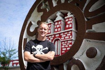 13 July 2020, Hamburg: Timo Schultz, the new head coach of the second division football team FC St. Pauli, is standing next to the club logo in front of the stadium at the Millerntor during a photo session. FC St. Pauli will begin its preparations for the coming season of the 2nd Bundesliga as planned on 1 August. Photo: Christian Charisius
