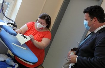 13 July 2020, Berlin: During a visit to the USE workshop in the Wedding district, a facility for people with disabilities, Federal Minister of Labour Hubertus Heil (r, SPD) talks to an employee who manufactures respirators. Heil informed himself about the situation for employees in workshops for people with disabilities. Photo: Wolfgang Kumm
