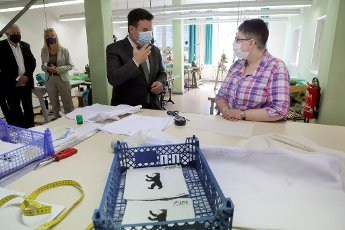 13 July 2020, Berlin: During a visit to the USE workshop in the Wedding district, a facility for people with disabilities, Federal Minister of Labour Hubertus Heil (M, SPD) talks to an employee who manufactures respirators. Heil informed himself about the situation for employees in workshops for people with disabilities. Photo: Wolfgang Kumm
