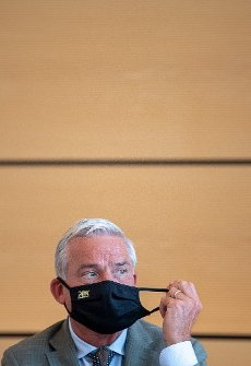 """02 July 2020, Baden-Wuerttemberg, Stuttgart: Thomas Strobl (CDU, r), Minister of the Interior, Digitalisation and Migration of Baden-Württemberg, takes off his mouth and nose protection during the signing of the security partnership """"Stuttgart sicher erleben"""" (experience Stuttgart safely). Photo: Sebastian Gollnow"""