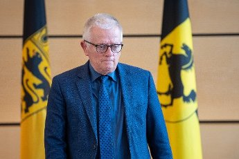 "02 July 2020, Baden-Wuerttemberg, Stuttgart: Fritz Kuhn (Bündnis 90\/Die Grünen), Lord Mayor of Stuttgart, passes in front of two flags with the coat of arms of Baden-Württemberg (l) and the city of Stuttgart during the signing of the security partnership ""Stuttgart sicher erleben"". Photo: Sebastian Gollnow"