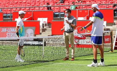 "13 July 2020, Berlin: Tennis: Invitational tournament ""bett1aces"" for men and women in the Steffi-Graf-Stadium Men, singles, quarter-finals, Bautista Agut (Spain) - Struff (Germany). Jan-Lennard Struff (r) and Roberto Bautista Agut (l) are at the net with the referee before the start of the match. Photo: Andreas Gora"