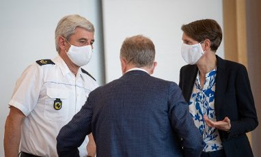"02 July 2020, Baden-Wuerttemberg, Stuttgart: Franz Lutz (l-r), President of the Stuttgart Police Headquarters, Martin Schairer, Mayor of Stuttgart and responsible for the Department of Security, Order and Sport, and Stefanie Hinz, State Police President of Baden-Württemberg, speak to each other during the signing of the security partnership ""Stuttgart sicher erleben"" (experience Stuttgart safely). Photo: Sebastian Gollnow"