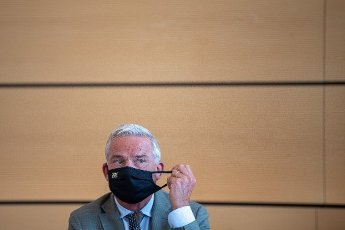 "02 July 2020, Baden-Wuerttemberg, Stuttgart: Thomas Strobl (CDU, r), Minister of the Interior, Digitalisation and Migration of Baden-Württemberg, takes off his mouth and nose protection during the signing of the security partnership ""Stuttgart sicher erleben"" (experience Stuttgart safely). Photo: Sebastian Gollnow"