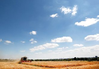 13 July 2020, North Rhine-Westphalia, Mülheim: A field with spring barley is harvested by a combine harvester. Due to the regionally very different weather in the last months, a very different harvest result is expected for barley as well. Photo: Roland Weihrauch