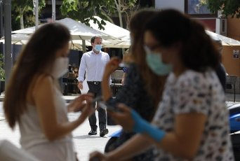 13 July 2020, Spain, Palma: A man with a mouth guard is walking in downtown Palma. On Mallorca and the other Balearic Islands, an extensive compulsory wearing of masks will come into force on Monday due to the Corona pandemic. Photo: Clara Margais