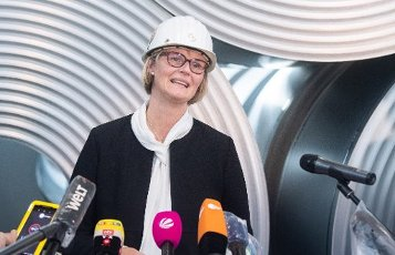 12 July 2020, Lower Saxony, Salzgitter: Anja Karliczek (CDU), Federal Minister of Education and Research, is standing in front of coiled steel (coils) at the Salzgitter AG plant. The steel manufacturer Salzgitter AG wants to significantly reduce CO2 emissions. As part of the company\'s climate strategy, coal is to be gradually replaced by hydrogen and electricity from renewable sources in the production of iron. The end result would be a 95 percent reduction in CO2 emissions. Photo: Julian Stratenschulte