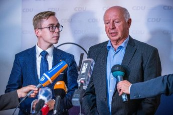 19 June 2020, Mecklenburg-Western Pomerania, Güstrow: After the meeting of the CDU state executive committee, CDU politician Philipp Amthor (l) makes a statement together with the acting state chairman Eckhardt Rehberg (r) and declares his resignation from running for election as CDU state chairman in Mecklenburg-Western Pomerania. The member of the Bundestag has come under massive criticism because of his part-time job and his lobbying for the US company Augustus Intelligence. Photo: Jens Büttner\/dpa-Zentralbild