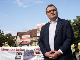 16 July 2020, Brandenburg, Hennigsdorf: Thomas Günther (SPD), mayor of Henningsdorf, supports the employees of the train manufacturers Alstom and Bombardier during the European day of action in front of the plant in Henningsdorf against possible plans of the new owner to restructure. Photo: Paul Zinken