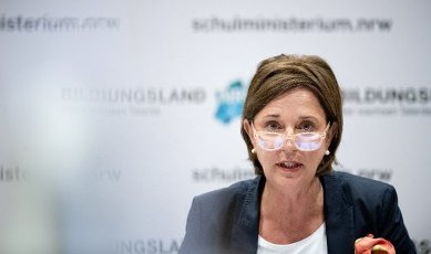 16 July 2020, North Rhine-Westphalia, Duesseldorf: NRW Education Minister Yvonne Gebauer (FDP) provides information at a press conference in Düsseldorf on the digitisation of schools and distance learning. Schools in NRW should already order digital terminals for pupils and teachers now and not wait for the relevant funding guidelines. Photo: Fabian Strauch