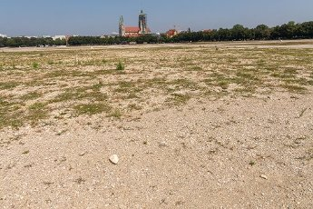 12 August 2020, Bavaria, Munich: Gravel lies on the almost empty Oktoberfest grounds. Normally the construction of the biggest folk festival in the world would be in full swing at this time. In the background you can see the St. Paul church. Photo: Peter Kneffel\/dpa