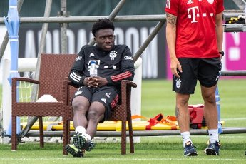12 August 2020, Portugal, Lagos: Football: Champions League, FC Bayern in training camp in the Algarve before the final tournament in Lisbon. Alphonso Davies of FC Bayern Munich observes his team\'s training session on a football pitch from the team hotel. Davies is spared during this training session. Photo: Matthias Balk\/dpa
