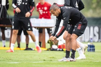 12 August 2020, Portugal, Lagos: Football: Champions League, FC Bayern in training camp in the Algarve before the final tournament in Lisbon. Thiago from FC Bayern Munich picks up a piece of the grass during a training session on a football pitch from the team hotel. Photo: Matthias Balk\/dpa