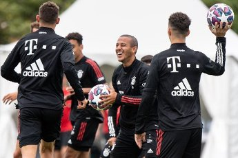 12 August 2020, Portugal, Lagos: Football: Champions League, FC Bayern in training camp in the Algarve before the final tournament in Lisbon. Thiago from FC Bayern Munich holds the ball in his hands during a training session on a football pitch from the team hotel. Photo: Matthias Balk\/dpa
