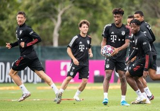 12 August 2020, Portugal, Lagos: Football: Champions League, FC Bayern in training camp in the Algarve before the final tournament in Lisbon. Kingsley Coman from FC Bayern Munich (2nd from right) holds the ball in his hands during a training session on a football pitch from the team hotel. He is surrounded by Robert Lewandowski (l-r), Alvaro Odriozola and Bright Arrey-Mbi. Photo: Matthias Balk\/dpa
