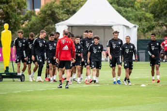 12 August 2020, Portugal, Lagos: Football: Champions League, FC Bayern in training camp in the Algarve before the final tournament in Lisbon. Holger Broich, fitness and rehabilitation trainer of FC Bayern Munich, leads the warm-up during a training session on a football pitch from the team hotel. Behind him are Leon Goretzka (l-r), Thomas Müller, goalkeeper Ron-Thorben Hoffmann, Sarpreet Singh, Philippe Coutinho, Niklas Süle, Alvaro Odriozola, Javi Martinez, Thiago and Malik Tillman from FC Bayern Munich. Photo: Matthias Balk\/dpa