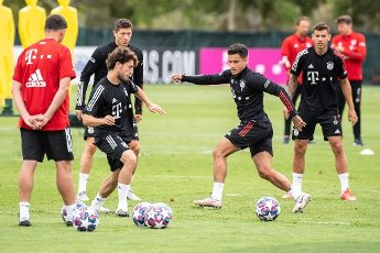 12 August 2020, Portugal, Lagos: Football: Champions League, FC Bayern in training camp in the Algarve before the final tournament in Lisbon. Alvaro Odriozola (l-r), Robert Lewandowski, Philippe Coutinho and Lucas Hernandez from FC Bayern Munich pass the ball to each other during a training session on a football pitch at the team hotel. Photo: Matthias Balk\/dpa