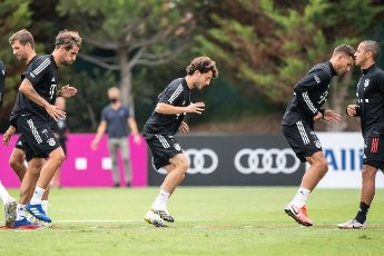12 August 2020, Portugal, Lagos: Football: Champions League, FC Bayern in training camp in the Algarve before the final tournament in Lisbon. Thomas Müller (l-r), Javi Martinez, Alvaro Odriozola, Lucas Hernandez and Thiago from FC Bayern Munich warm up during a training session on a football pitch at the team hotel. Photo: Matthias Balk\/dpa