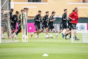 12 August 2020, Portugal, Lagos: Football: Champions League, FC Bayern in training camp in the Algarve before the final tournament in Lisbon. Jerome Boateng (l-r), Oliver Batista Meier, goalkeeper Ron-Thorben Hoffmann, Lucas Hernandez, Philippe Coutinho, Alvaro Odriozola, Robert Lewandowski and Holger Broich, fitness and rehabilitation trainer of FC Bayern Munich, run during a training session on a football pitch from the team hotel. Photo: Matthias Balk\/dpa