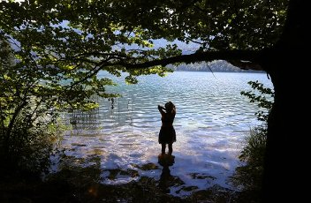12 August 2020, Bavaria, Schwangau: A woman refreshes herself in the cool water of the Alpsee. Photo: Karl-Josef Hildenbrand\/dpa