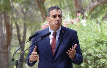 12 August 2020, Spain, Palma: Pedro Sanchez, Prime Minister of Spain, spoke at a press conference after his meeting with King Felipe VI at the Palacio de Marivent in Palma de Mallorca. This was Sanchez\'s first public appearance with the monarch after the announcement that the former king Juan Carlos, who is suspected of corruption, has left Spain. Photo: Clara Margais\/dpa