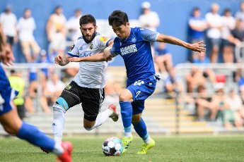 Kyong-Rok Choi (KSC) in a duels with Fanol Perdedaj (Saarbruecken). GES \/ Football \/ 2. Bundesliga: Test match KSC - 1.FC Saarbruecken, August 12th, 2020 - Football \/ Soccer 1st Division: Testmatch KSC - 1.FC Saarbruecken, Karlsruhe, Aug 12, 2020 - DFL regulations prohibit any use of photographs as image sequences and \/ or quasi-video. | usage worldwide