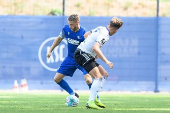 Marc Lorenz (KSC) in a duels with Nicklas Shipnoski (Saarbruecken). GES \/ Football \/ 2. Bundesliga: Test match KSC - 1.FC Saarbruecken, August 12th, 2020 - Football \/ Soccer 1st Division: Testmatch KSC - 1.FC Saarbruecken, Karlsruhe, Aug 12, 2020 - DFL regulations prohibit any use of photographs as image sequences and \/ or quasi-video. | usage worldwide