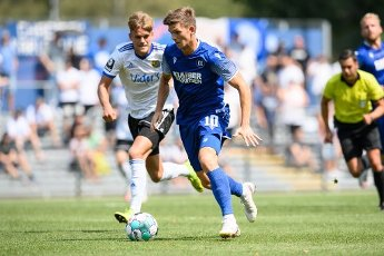Marvin Wanitzek (KSC) in a duels with Nicklas Shipnoski (Saarbruecken). GES \/ Football \/ 2. Bundesliga: Test match KSC - 1.FC Saarbruecken, August 12th, 2020 - Football \/ Soccer 1st Division: Testmatch KSC - 1.FC Saarbruecken, Karlsruhe, Aug 12, 2020 - DFL regulations prohibit any use of photographs as image sequences and \/ or quasi-video. | usage worldwide