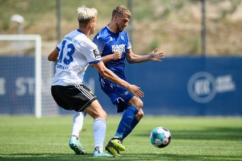 Marc Lorenz (KSC) in a duels with Maurice Deville (Saarbruecken). GES \/ Football \/ 2. Bundesliga: Test match KSC - 1.FC Saarbruecken, August 12th, 2020 - Football \/ Soccer 1st Division: Testmatch KSC - 1.FC Saarbruecken, Karlsruhe, Aug 12, 2020 - DFL regulations prohibit any use of photographs as image sequences and \/ or quasi-video. | usage worldwide