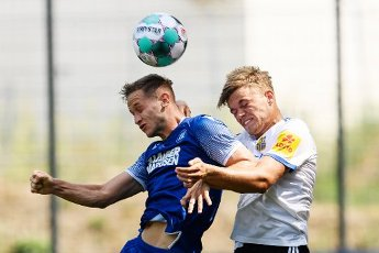 Christoph Kobald (KSC) in a duels with Nicklas Shipnoski (Saarbruecken). GES \/ Football \/ 2. Bundesliga: Test match KSC - 1.FC Saarbruecken, August 12th, 2020 - Football \/ Soccer 1st Division: Testmatch KSC - 1.FC Saarbruecken, Karlsruhe, Aug 12, 2020 - DFL regulations prohibit any use of photographs as image sequences and \/ or quasi-video. | usage worldwide