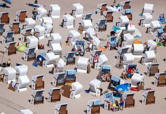 12 August 2020, Mecklenburg-Western Pomerania, Rostock: Bathers at the beach in Warnemünde. In summer temperatures and sunshine, holidaymakers and residents are attracted to the beaches along the Baltic Sea. Photo: Jens Büttner\/dpa-Zentralbild\/dpa