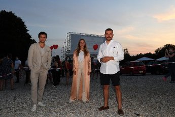 """12 August 2020, Bavaria, Munich: The actor Samuel Schneider (l-r), the actress Alicia von Rittberg and the actor Edin Hasanovic will appear at the premiere of """"Hello Again - A Day forever"""" in the PopUp drive-in cinema at the Munich Film Festival PopUp. Photo: Felix Hörhager\/dpa"""