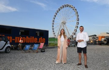 """12 August 2020, Bavaria, Munich: The actress Alicia von Rittberg (l) and the actor Edin Hasanovic show up at the premiere of """"Hello Again - A Day forever"""" in the PopUp drive-in cinema at the Filmfest München PopUp. Photo: Felix Hörhager\/dpa"""