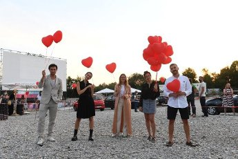 """12 August 2020, Bavaria, Munich: The actor Samuel Schneider (l-r), Emilia Schüle, Alicia von Rittberg, director Maggie Peren and the actor Edin Hasanovic will present themselves at the premiere of """"Hello Again - One Day forever"""" in the PopUp drive-in cinema at the Munich PopUp film festival. Photo: Felix Hörhager\/dpa"""