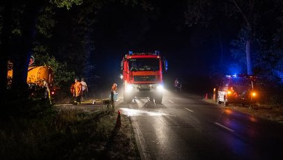 12 August 2020, Lower Saxony, Essel: Emergency vehicles of the fire brigade are parked along a forest road. Because of a large-area fire in the Heidekreis, the weekend area Esseler Wald was evacuated in the evening, according to police reports. Photo: Philipp Schulze\/dpa