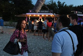 """12 August 2020, Bavaria, Munich: The director Caroline Link gives an interview at the premiere of """"Hello Again - One day forever"""" in the PopUp drive-in cinema at the Munich PopUp film festival. Photo: Felix Hörhager\/dpa"""