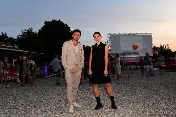 """12 August 2020, Bavaria, Munich: The actor Samuel Schneider (l) and the actress Emilia Schüle appear at the premiere of """"Hello Again - A Day forever"""" in the PopUp drive-in cinema at the Munich PopUp film festival. Photo: Felix Hörhager\/dpa"""