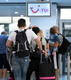 15 August 2020, Lower Saxony, Hanover: Passengers with the destination Mallorca are standing in a queue at Hannover Airport. Following the classification of almost all of Spain, including Majorca, as a risk area due to high corona figures, the travel group Tui has cancelled all package tours to this destination as of Saturday. Customers will be offered rebookings to other destinations, for example the Canary Islands, says a Tui spokesman. Photo: Peter Steffen\/dpa