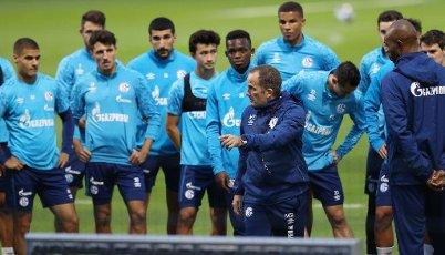 firo: 30.09.2020, soccer ball, 1st Bundesliga, season 2020\/2021, FC Schalke 04, 1st training with the new coach Manuel BAUM, tactics discussion with TEam | usage worldwide