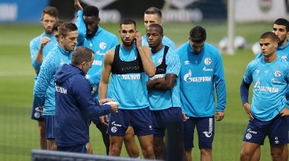 firo: 30.09.2020, soccer ball, 1st Bundesliga, 2020\/2021 season, FC Schalke 04, 1st training with the new coach Manuel BAUM, tactics discussion with TEam, note Nabil Bentaleb | usage worldwide