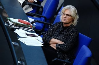01 October 2020, Berlin: Christine Lambrecht (SPD), Federal Minister of Justice and Consumer Protection, attends the session of the Bundestag. The subject of the session is the Federal Government\'s draft bill for the 2021 Budget Law. Photo: Kay Nietfeld\/dpa
