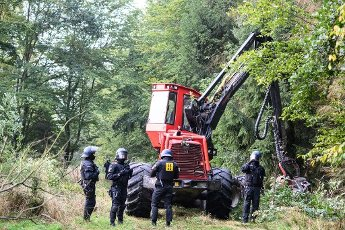 01 October 2020, Hessen, Stadtallendorf: Police forces are standing around a harvester in the Herrenwald during the incipient clearing work. Activists currently want to prevent the clearing of the forest. The activists are demonstrating against the planned expansion of the A49 and for the preservation of the Herrenwald and Dannenröder forests, which would fall victim to the planned expansion. Photo: Andreas Arnold\/dpa