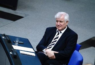 01 October 2020, Berlin: Horst Seehofer (CSU), Federal Minister of the Interior, Building and Homeland Affairs, will take part in the session of the Bundestag. The topic of the meeting is the Federal Government\'s draft bill for the 2021 Budget Law. Photo: Kay Nietfeld\/dpa